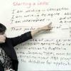 یک معلم در حال تدریس نوشتن نامه انگلیسی