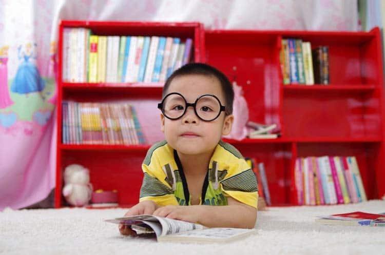 کودک در حال یادگیری زبان آلمانی