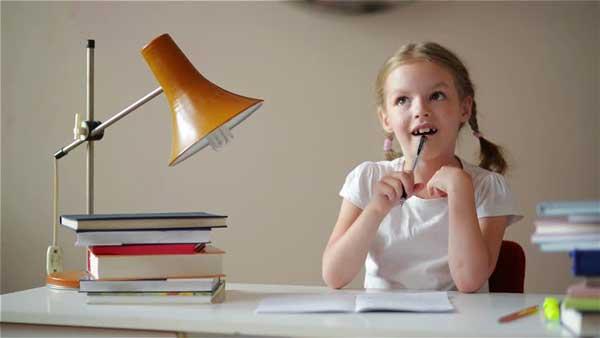 دختر در حال یادگیری