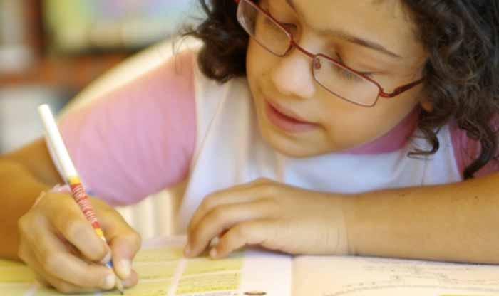 کودک در حال یادگیری زبان