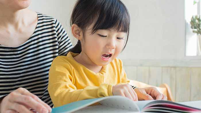 در حال یادگیری حروف انگلیسی