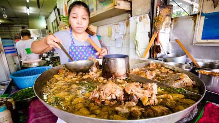 در حال تهیه غذای تایلندی